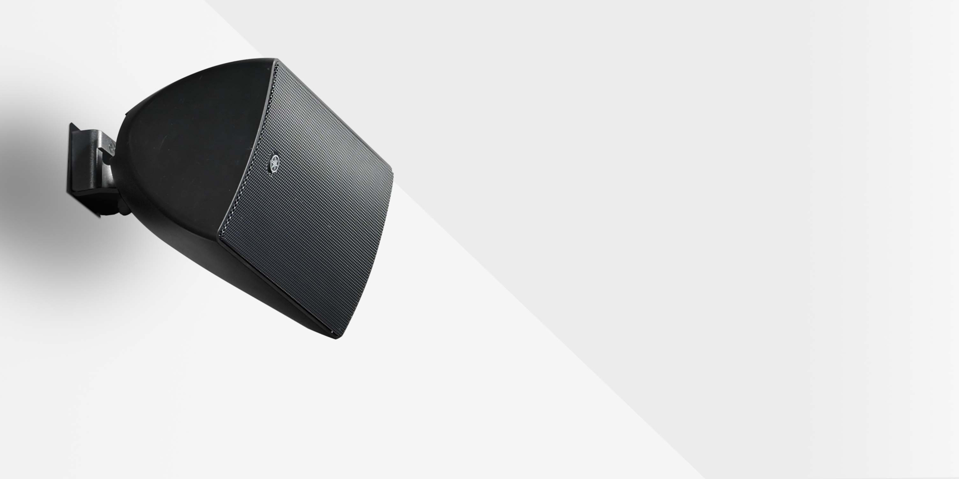 La nuova line-up di speaker passivi Yamaha VXS è l'ideale per tutte quelle applicazioni rivolte al mercato delle installazioni. Dotati di supporti per il fissaggio a parete o a soffitto, gli altoparlanti di questa serie comprendono una gamma completa di modelli disponibili sia in bianco che in nero, con la possibilità di essere verniciati per un migliore inserimento nell'ambiente.